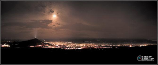 Вид на ночной Пятигорск с Бештау